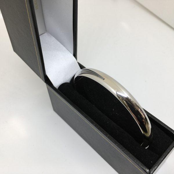 9 carat white gold bangle