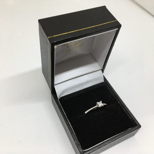 Preowned 18 carat white gold diamond ring