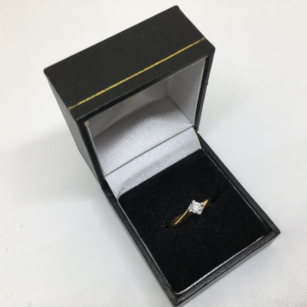 18 carat yellow gold diamond single stone ring