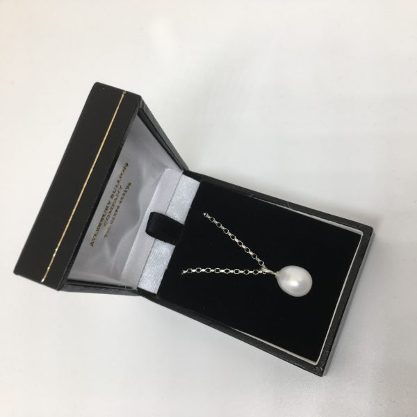 9 carat white gold pearl pendant and chain
