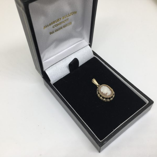 Preowned 9 carat yellow gold cameo pendant