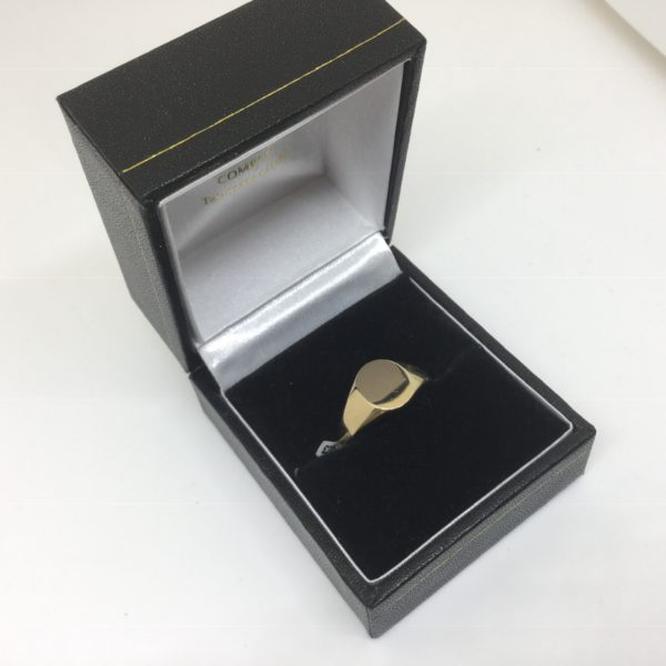 9 carat yellow gold oval signet ring