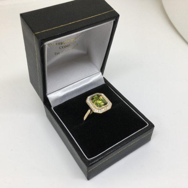 9 carat yellow gold peridot and diamond ring