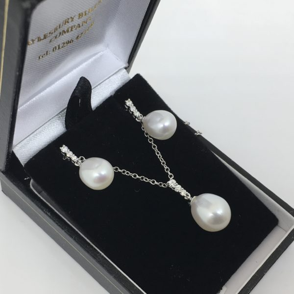18 carat white gold freshwater pearl and diamond pendant, chain and earring set