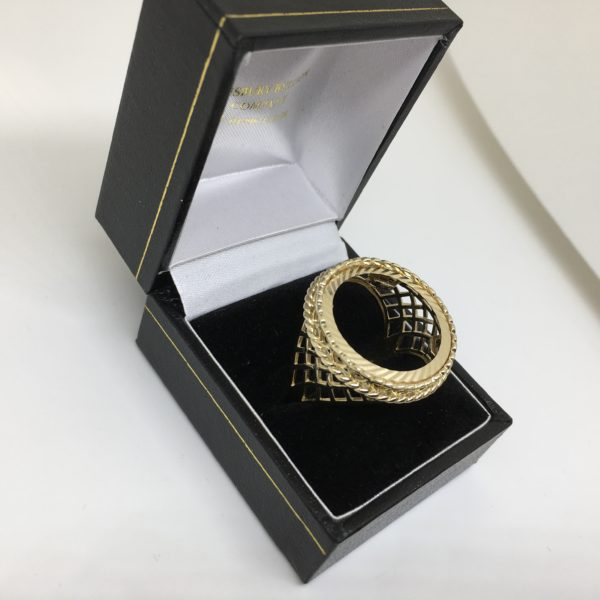 9 carat yellow gold full sovereign ring mount