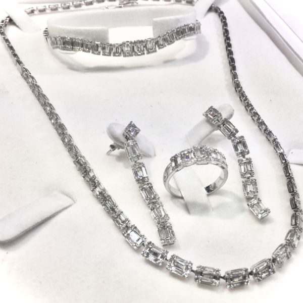 Preowned 18 carat white gold diamond set